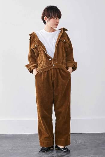 ゆったりオーバーサイズでレトロな印象の茶色のコーデュロイパンツ。コーデュロイのジャケットと合わせてセットアップのように着こなすのも素敵です。