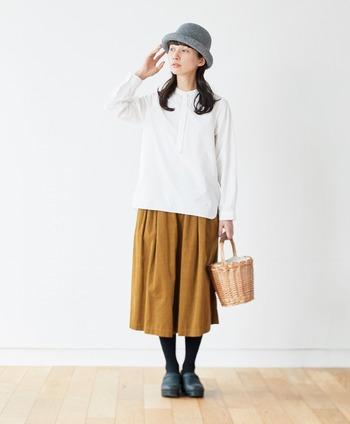 スカートのようなシルエットで履けるキュロットパンツ。ゆったりしているので、足さばきが良く着心地がいいのが特徴です。秋冬にぴったりのキャメルは、どんな色とも合わせやすいんです。
