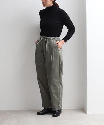 大人っぽい印象のグレーのコーデュロイパンツ。レーヨン混の素材なので、カジュアルになりすぎずきれいめにも着こなせます。