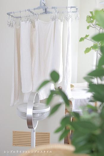 洗濯物の水分は下に溜まっていくので、扇風機やサーキュレーターで下から風を送ると、より早くを乾かすことができますよ。特に、窓側や壁の近くなど、空気がこもりやすい場所に干すなら、下からの風が効果的!全体的にあてる時は、洗濯物のすき間を風が通るように置くと、効率的に乾かすことができます。