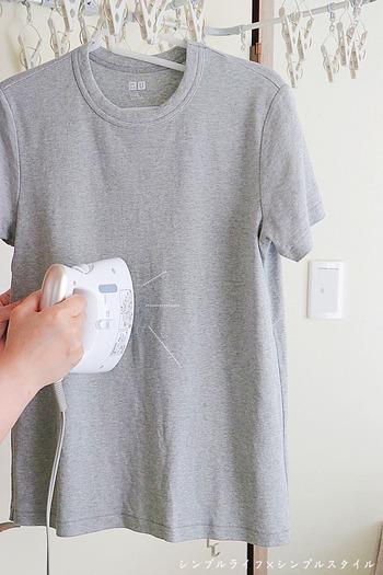 シャツのような薄手の衣類は、アイロンをかけてから干すと、乾きが早くなります。少し手間はかかりますが、シワものばせるのでおすすめですよ。高温のスチームアイロンなら、殺菌・消臭にも役立つので、部屋干しのニオイ対策にも。ひと手間で一石三鳥な方法です。