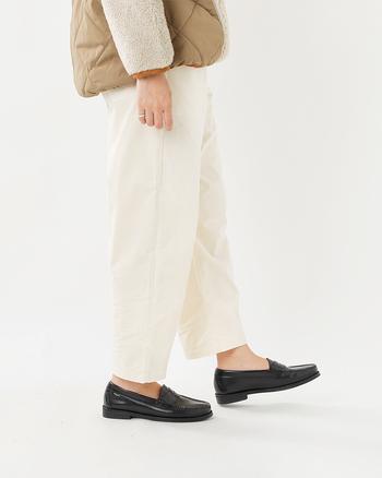 ストレッチがきいた素材のコーデュロイパンツはDANTON(ダントン)のもの。総ゴム仕様なのでリラックス感のある履き心地です。軽やかな雰囲気で、春先まで着られます。