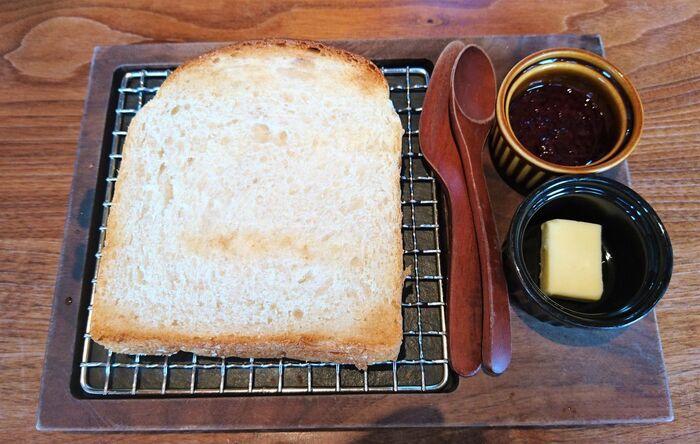ルセットの食パンは、トーストにするとパンそのものの美味しさを味わえます。一口食べると小麦の香りや甘みが広がり、何も付けなくてもパクパクいけちゃいます!付属のバターやジャムを付けると、パンの美味しさが引き立ってもうたまりません…