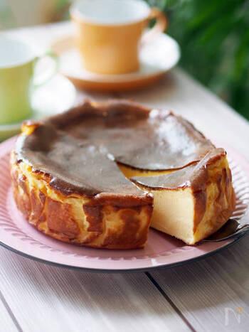 いま作りたいチーズを使ったスイーツといえば、話題のスペイン・ラヴィーニャ地方のバスク風チーズケーキ。クリームチーズを含め5つの材料で作れる簡単レシピです♪