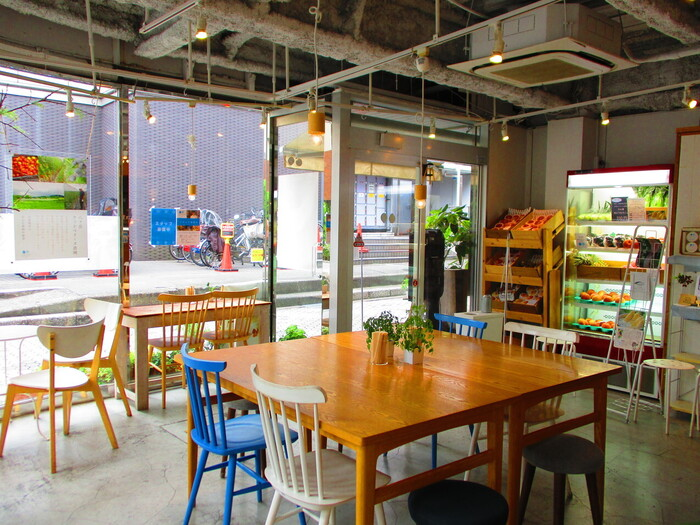 吉祥寺で21年間愛されている、自然派の生フローズンヨーグルト店が新たにオープンさせたカフェです。吉祥寺のヨドバシカメラ方面にあり、大きな窓とカラフルな家具で可愛らしい雰囲気です。生フローズンヨーグルトとフルーツをたっぷり使ったパフェなどが人気です。
