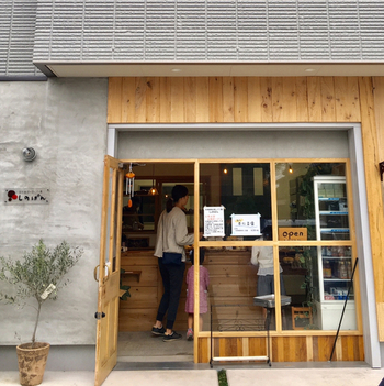 北海道で人気の蒸しパン専門店「しのぱん」が、京王線の多磨霊園駅の近くにオープンしました。木を多く使った温かみのあるお店は、地元はもちろん遠方から訪れる方も多い注目店です。