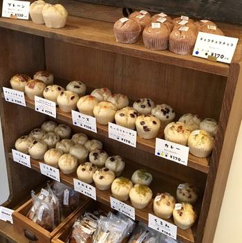 オーナー夫婦が手がける蒸しパンは、常時30種類ほど並んでいます。奥様が子どもの頃に食べた昔懐かしい味にアレンジを加えているそう。
