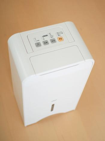 冬の部屋干しは暖房でという方も多いでしょう。お部屋の乾燥も防げて、便利ですよね。ただし、暖房での部屋干しは、湿度が高くなり過ぎてしまうので要注意。除湿器を使ったり、時々換気したりして、上手に湿気を除去しましょう。