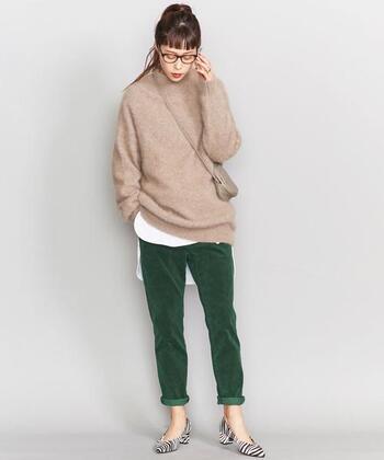 やや細めですっきりしたシルエットのコーデュロイテーパードパンツ。裾を折り返して足首を見せるときれいめに着こなすことができます。