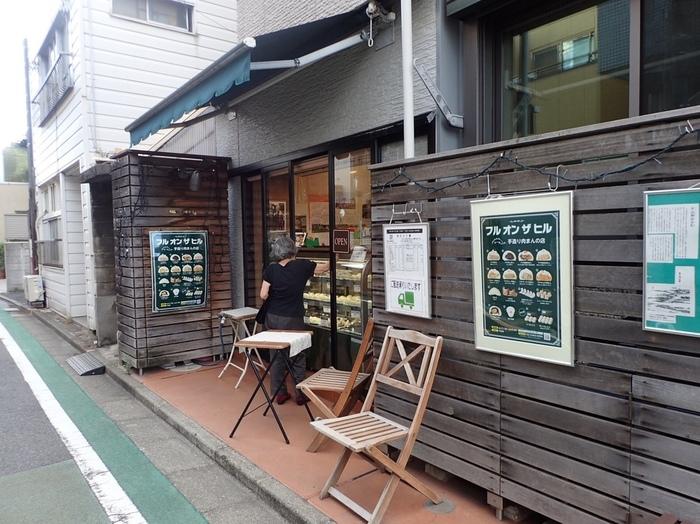 牛込神楽坂駅からほど近いところにある「FULL ON THE HILL(フルオンザヒル)」は、有名店・目黒五十番の姉妹店です。神楽坂五十番と目黒五十番で修業を積んだオーナーが独立し、お店を構えました。