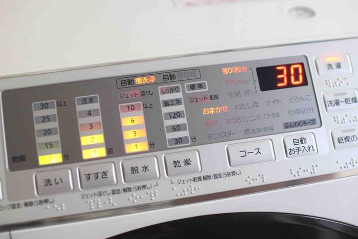 冬の部屋干しを楽にするためには、脱水も工夫しましょう。洗濯機の脱水時間は、いつもよりも長めの設定に。乾いたバスタオルを入れて脱水すれば、洗濯物の水分が取れて早く乾くようになります。厚手のものは、乾いたタオルで包んでから脱水するといいですよ。