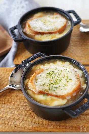 オニオンスープの上に、こんがりとトーストしたバケットとチーズをトッピング。オーブンでチーズがとろーりとろけるまでトースターで焼いたら完成です!