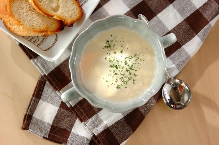 柔らかくつぶしたサツマイモと牛乳をコトコト煮込み、仕上げにクリームチーズをプラスして作る、こっくりとおいしいチーズスープ。バゲットにたっぷりとつけていただきましょう♪