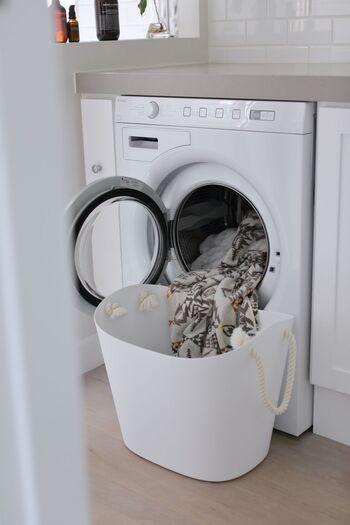 まずは洗濯物の量を見直してみましょう。洗濯物の量が多いと、きちんと汚れが落とせなかったり、干す時にぎゅうぎゅうになって乾くのに時間がかかったりします。特に冬場は厚手のものが増えるので、量も多くなりがち。こまめに回す、数回に分ける等工夫して、一度に洗濯・干す量を減らしましょう。