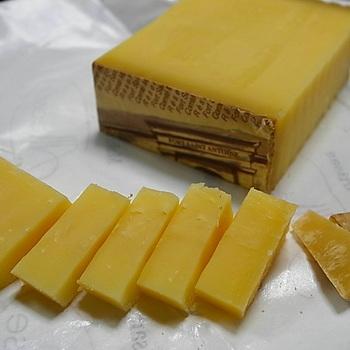 クセがなく、チーズが苦手な人でも食べられるのが、ハードタイプのコンテチーズ。舌触りが軽やかなのに、こっくりと風味豊か。