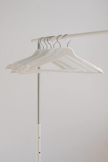 洗濯物を早く乾かすためには、風通しが重要になります。乾きにくい冬の部屋干しでは、特に意識したいポイントです。洗濯物の間を十分にあけ、しっかり空気が通るようにしましょう。  洗濯物同士が触れ合うくらいの距離はNG。ボトムスは胴回りが開くようにしたり、パーカーは逆さに干したり、干し方も工夫したいですね。