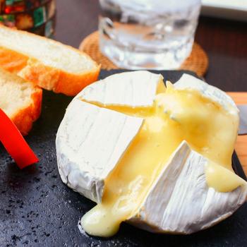 白カビタイプのチーズの中でも食べやすく、手に入れやすいのがカマンベールチーズ。上品な味わいと、柔らかくクリーミーな食感が魅力です。