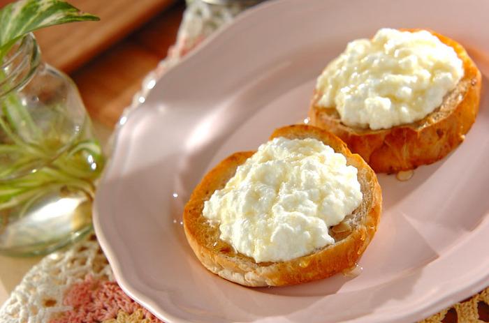 チーズは甘味をプラスすればスイーツの材料として大活躍!わざわざ調理しなくても、ハチミツやジャム、フルーツソースなどをかけるだけでおいしくいただけます。