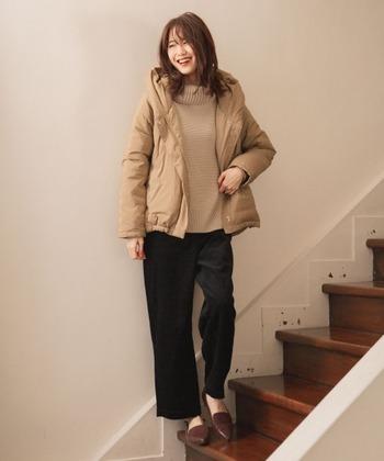 広がりすぎないセミワイドシルエットなので、すっきりと履けるコーデュロイパンツ。定番の一着になりますよ。