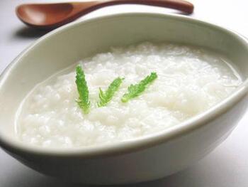 """おじや・雑炊に対して、「おかゆ」は""""生のお米から作る""""、という特徴があります。普段ご飯を炊く際の水分を多くするとおかゆに。お鍋で炊くほか、炊飯器でも作れるので、おかゆメニューをチェックしてみてくださいね。  おかゆの硬さは、水分量で調節できるのもポイント。お米と水の割合が1対5だと全粥、1対7だと七分粥、水の量が増えていくにつれて、五分粥、三分粥、重湯…の種類に分けられます。"""