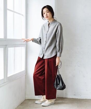 畝幅が細めのコーデュロイパンツはきれいめに履くことができます。ワインレッドは大人っぽく女性らしい印象に。