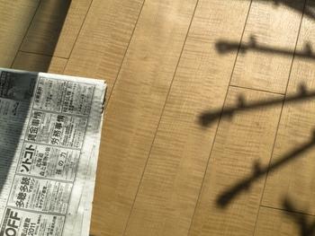 除湿器がないなら、新聞紙や除湿剤でもOK。洗濯物の下に置いておけば、湿度が上がってムシムシすることもなくなるでしょう。新聞紙や除湿剤は、暖房を使わない時の部屋干しにも役立つので、ぜひ試してみてくださいね。