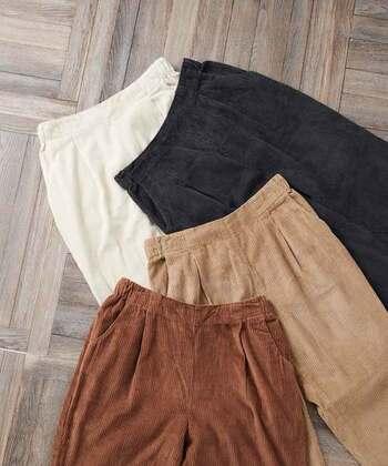 コーデュロイは、パイル織の生地のことです。縦に入った畝(うね)模様が特徴。生地に厚みがあり暖かいので、コーデュロイパンツは秋冬の寒い季節に活躍するアイテムです。ユニクロ、無印などの人気ブランドでも展開されています。