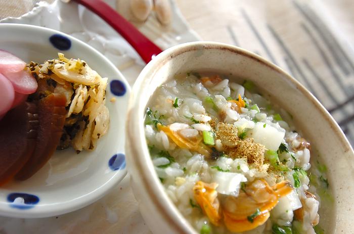 白米以外でもおじやはできますよ。こちらは五穀米を使ったレシピ。アサリのだしを効かせて、カブとショウガを加えた味わいです。カブは葉っぱも使うので無駄なし。お好みで粉山椒を振っていただきましょう。