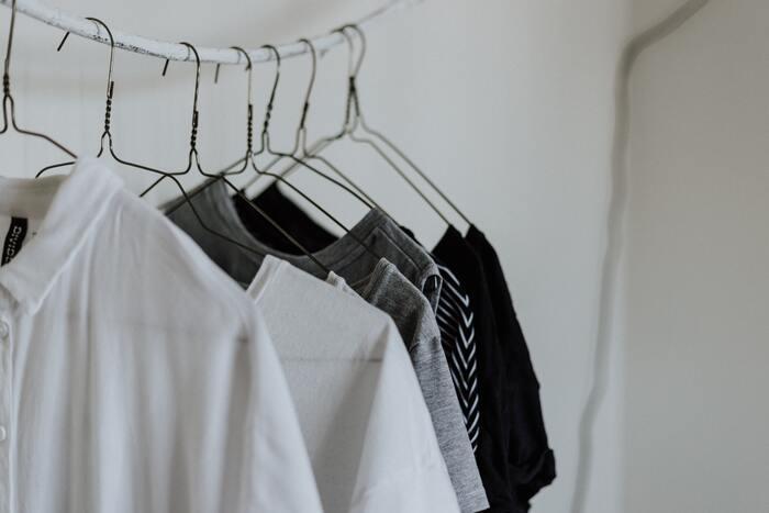 薄手のものと厚手のものを交互に並べて干すようにすれば、スペースが限られている場所でも、洗濯物同士の間隔を確保することができます。長いものを外側に短いものを内側に干す「アーチ干し」も、冬の部屋干しには効果的です。