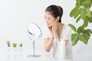 化粧下地は基本的にファンデーションの前に使用します。一円玉大ほどを取り、頬・額・鼻先・顎と、いくつか点置きし指先で伸ばしていきます。 ムラがあるとファンデーションがヨレてしまう原因にもなりますので、鏡を見ながら丁寧に塗っていきましょう。