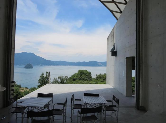 館内だけでなく屋外にも現代彫刻アートがいくつも展示されています。また、オープンテラスから眺められる瀬戸内の海も美しく、景色を目当てに訪れる人もいるほどです。