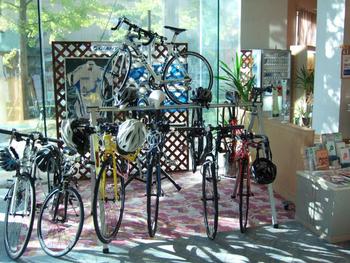 自転車の屋内駐輪スペースや整備スペースがある他、レンタサイクルもあります。部屋へ自転車を持ち込むこともできますよ。