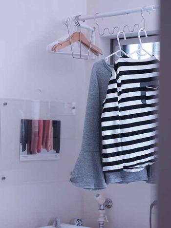 浴室や脱衣所などで部屋干しをする場合は、しっかり換気をしてから干してください。お風呂を使った時の湿気が残っていると、乾かすのに余計に時間がかかってしまいます。また、換気スイッチを入れたままにしたり、扇風機や除湿器を使ったり、空気が循環するよう工夫することも大切です。