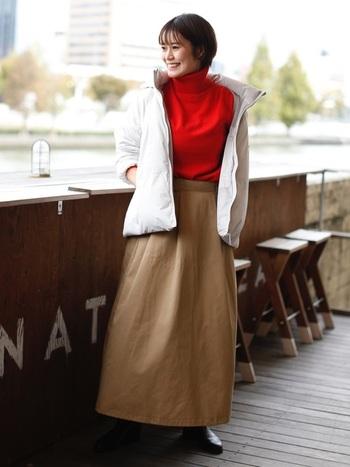 鮮やかカラーのハイネックトップスにホワイトのダウンを羽織った大人のシンプルコーデ。ホワイトは軽やかな印象なので、しっかり素材のロングスカートと合わせてもスッキリ着こなせます。