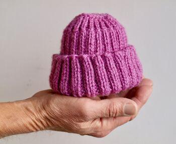 赤ちゃんに帽子をかぶせ始める時期は、ママによってそれぞれですが、1ヵ月検診を終えてお出かけする様になる頃から、大切な頭を守るためにも季節にあった帽子をかぶせてみると良さそうですね。自分では体温調節出来ない時期なので、冬の寒い時期はもちろん、夏でもクーラーが効いたお部屋などで様子を見て使ってあげてくださいね。