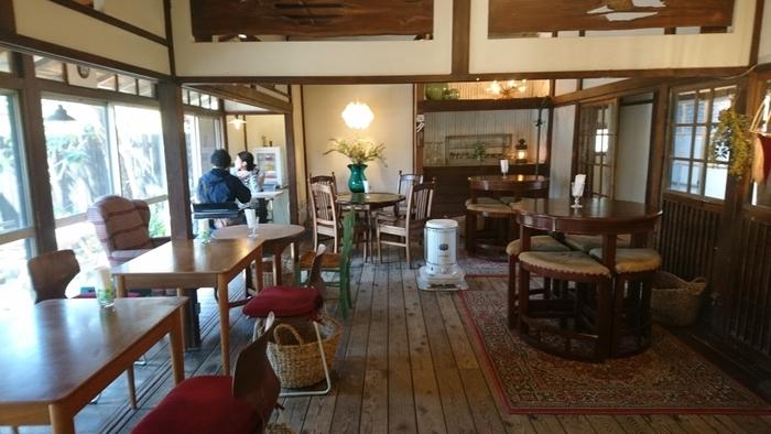店内はテーブル席が並んだ、広々とした空間です。日の光が差し込む洋室やソファー、テラス席もあり、ワクワク感がありつつ落ち着ける場所になっています。