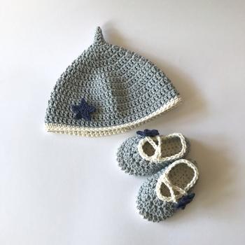 新生児~3ヵ月くらいまでの赤ちゃんの帽子のサイズは、40~42㎝くらい。セレモニードレスの帽子はもちろん、小さくてかわいい「初めての帽子」はいつまでもとっておきたくなる様な思い出の一つになりそうですね。