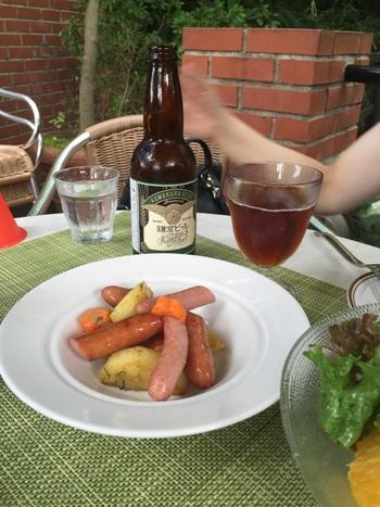 お食事やおつまみのメニューもありますよ。こちらは「鎌倉ソーセージと有機ポテトのオーブン焼き」。ソーセージは皮のパリッとした食感がたまりません!ビールが進んじゃいますね。