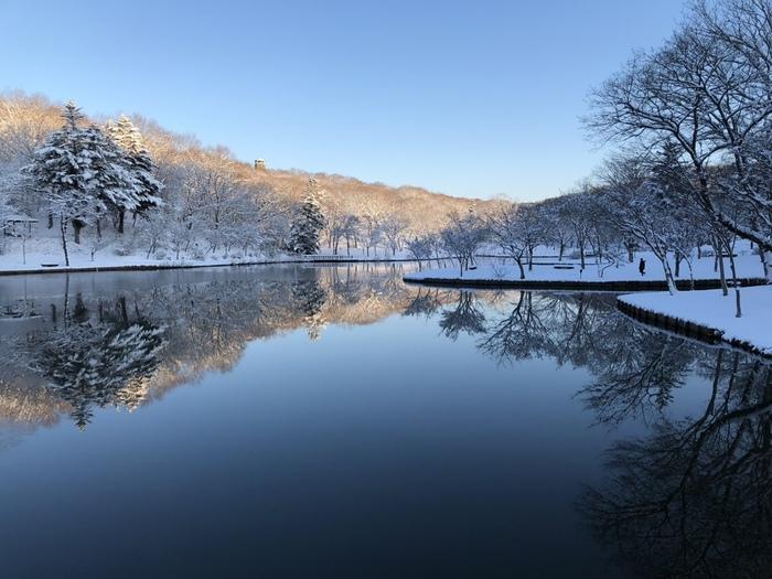 【JR友部駅から車で10分ほどにある「北山公園」は、笠間市民の憩いの場。茨城県観光百選にも選ばれている「白鳥湖」がある園内には、遊歩道が整備され、キャンプ場やバーベキュー場、ローラーすべり台や展望塔などがある。春は、桜の名所であり、秋の紅葉、冬の雪景色と、四季折々に楽しめる。】