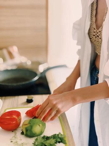 """トマトやナスが潰れて切り辛い、玉ねぎが目にしみる、などは包丁が切れなくなってきたサイン。そんな時、自分で簡単にできるメンテナンスが""""包丁研ぎ""""ですね。"""