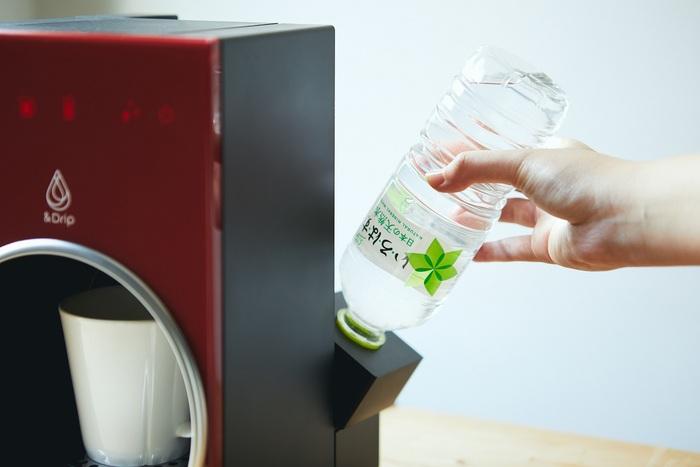 『&Drip』は水タンクだけでなく、付属のアダプターを装着してペットボトルの水*をそのまま使うことができます。タンクに水を注いだり洗ったりする手間が省けるのはもちろん、衛生面において安心して飲める気遣いが嬉しいですね。