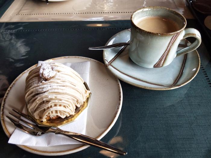 さらに、鳥居前町、城下町として栄えた歴史をもち、農畜産業に携わる人々や食器製造の窯元も多い「笠間」は、食に対する意識が殊更高く、地元への愛情が深いのが特徴的です。  【「笠間工芸の丘」内の「クラフトカフェ(CAFE LOUNGE)」の『ケーキセット』。カフェの器は全て笠間焼。(画像のケーキは、笠間の人気洋菓子店「グリュイエール」の『笠間地栗のモンブラン』。】