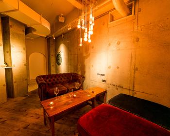 吉祥寺から井の頭公園に向かう途中にある、店内の大きな木が印象的な雰囲気の良いカフェです。予約制の小上がりの完全個室もあるため、小さなお子様連れの方も利用しやすいですね。ソファー席もパーテーションをつけて半個室として利用できます。