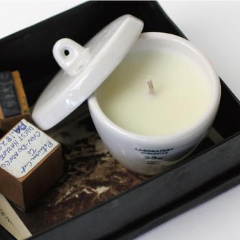ダブルウォーターカップや、デザイン性の高い日用雑貨が人気のプエブコの手掛けるキャンドルは、珍しい陶器のポットに入ったアロマキャンドルです。  フタ付きなのでベッドサイドにも使いやすいですね。