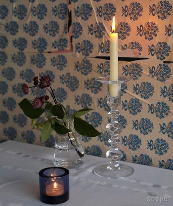細身のキャンドルは、おしゃれなホルダーと合わせて使いたいですね。  高さが出るので、テーブルでもリビングでも、料理やディスプレイが映えますよ。