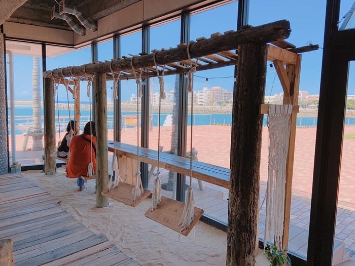 この「ジャングリラ」の大きな魅力は、ご覧のとおり、海を眺められる店内!そして、砂がひいてあって、ブランコもあり・・・南国のビーチリゾートにいる気分を楽しめる、こだわりの空間が待ち受けていますよ。