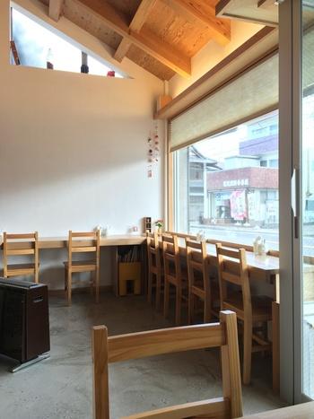 店内は大きな窓から通りが見える、開放的な雰囲気。カウンター席は一人で来ても落ち着けそうですね。