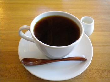 コーヒーが引き立つ真っ白なカップでたっぷり楽しめます。浄水器で余分なものを取り除いた純水で淹れるそうです。水までこだわったコーヒーは、ブラックが美味しいと評判。