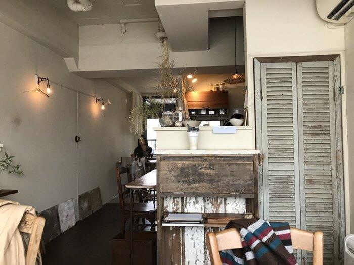 吉祥寺の五日市通りにある、オーガニック素材にこだわりを持つ素敵な雰囲気のカフェです。ランチとブランチがいただけるお店です。ガラス張りで明るく、ナチュラルな店内に入るとスパイスのよい香りが漂います。