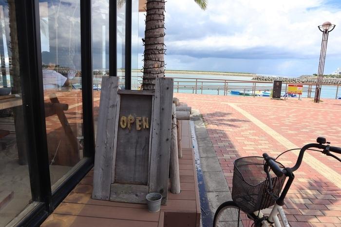にぎやかなことで有名な国際通りからも程近い、沖縄中部の北谷(ちゃたん)にあるのが、こちらの「The Junglila Cafe and Restaurant(ジャングリラ カフェ アンド レストラン)」。マカイリゾート北谷という施設の1Fで営業していますよ。  このあたりは、近くに美浜アメリカンビレッジがあったり、ヒルトン沖縄北谷リゾートがあったりと、観光客が立ち寄りやすいエリアです。